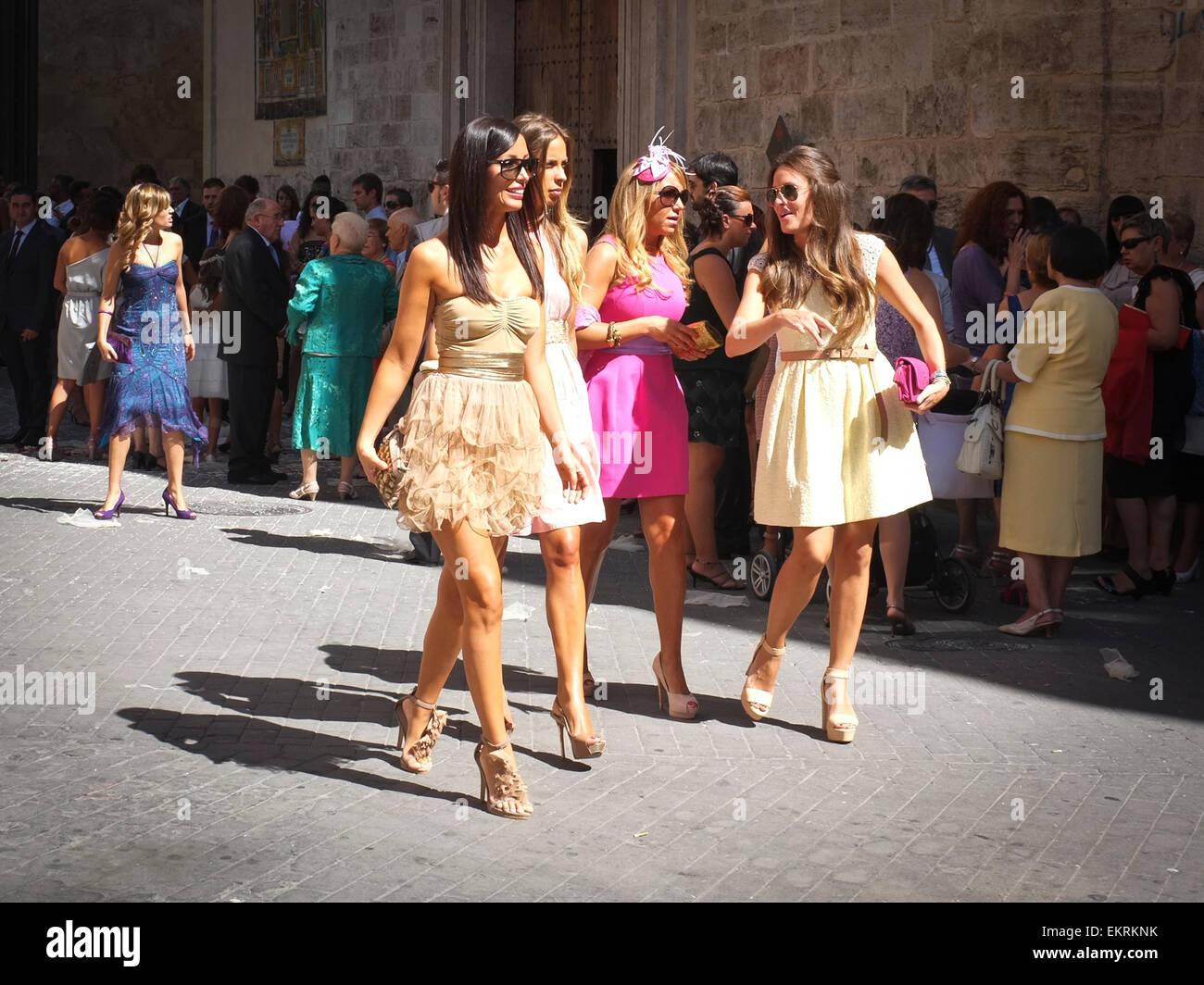 Femenino español invitado a la boda vestido para la ocasión Imagen De Stock
