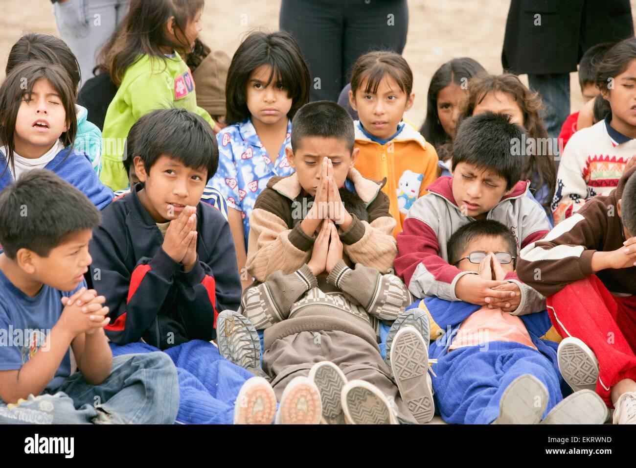 Grupo De Niños Orando, Lima, Perú Foto & Imagen De Stock