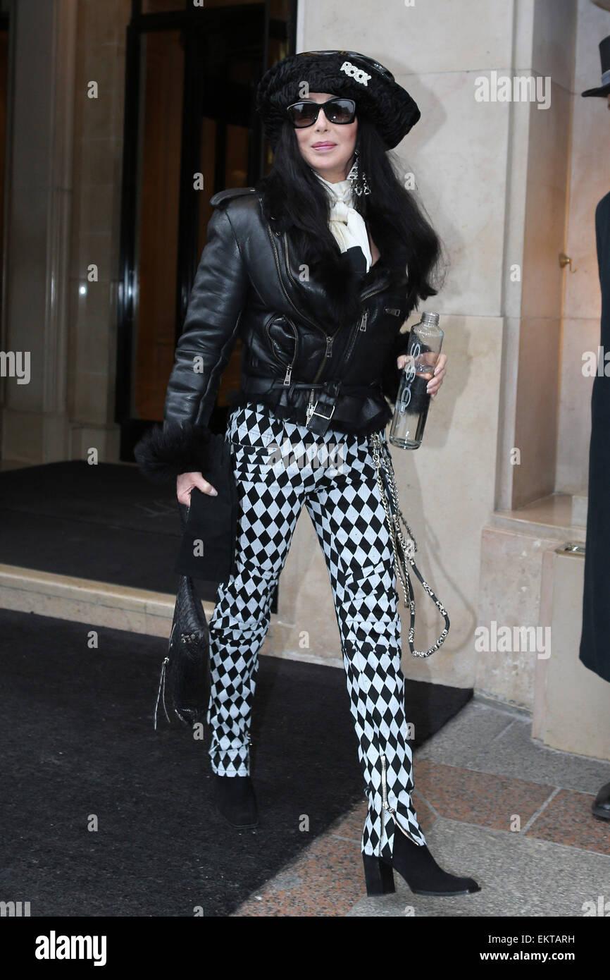 28.Febrero.2013. París, la actriz y cantante estadounidense cher saliendo del hotel Four Seasons George V de Imagen De Stock