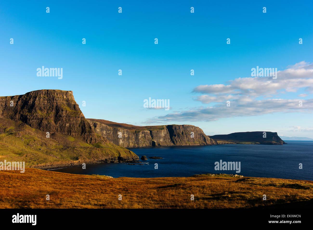 Espectaculares paisajes costeros en la carretera a Neist Point con Moonen Bay y Waterstein Head. Foto de stock