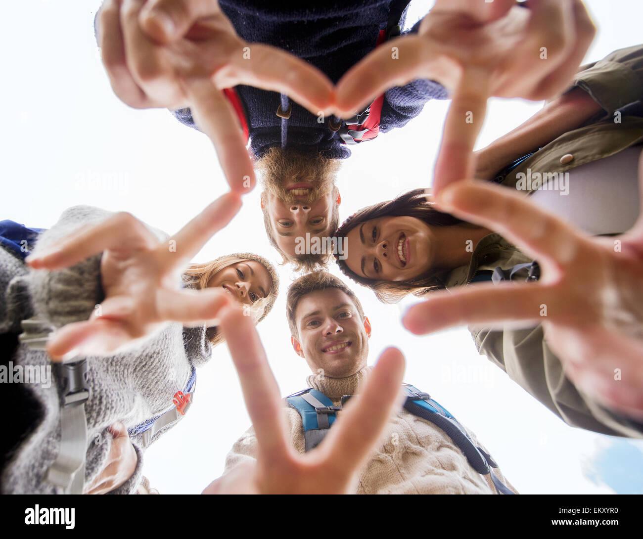 Grupo de Amigos sonrientes con mochilas senderismo Imagen De Stock