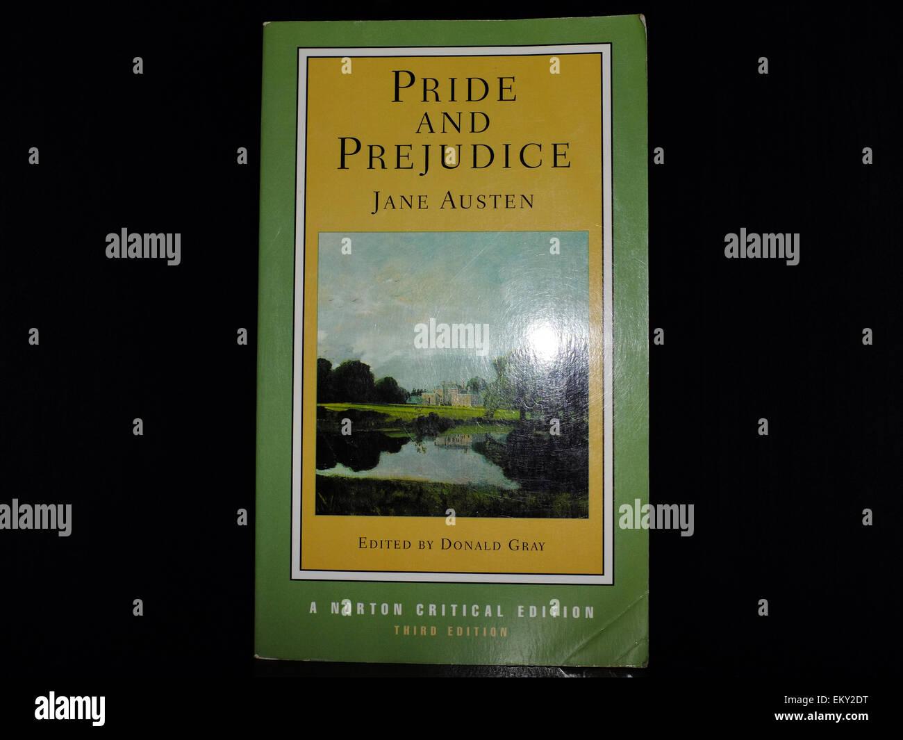 La cubierta frontal de Orgullo y Prejuicio de Jane Austen fotografiado contra un fondo negro. Imagen De Stock