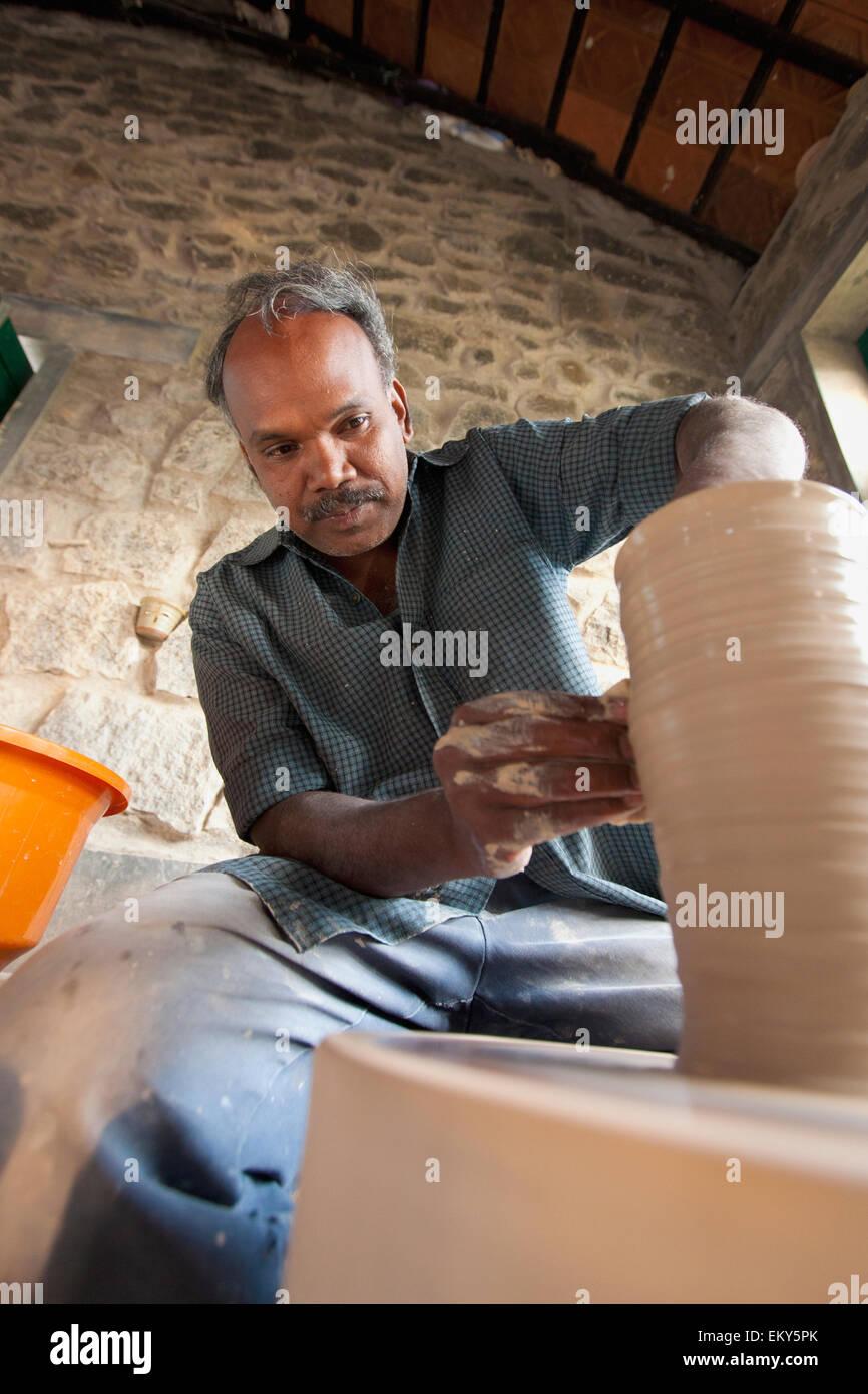 Formularios de un alfarero La arcilla en una rueda de cerámica; Kodaikanal de Tamil Nadu, India Foto de stock