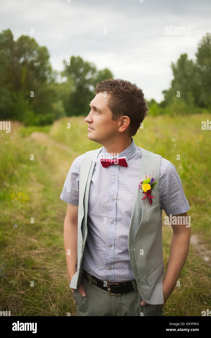 Retrato De Hombre Joven Guapo Bien Vestido Arreglo Floral Para La