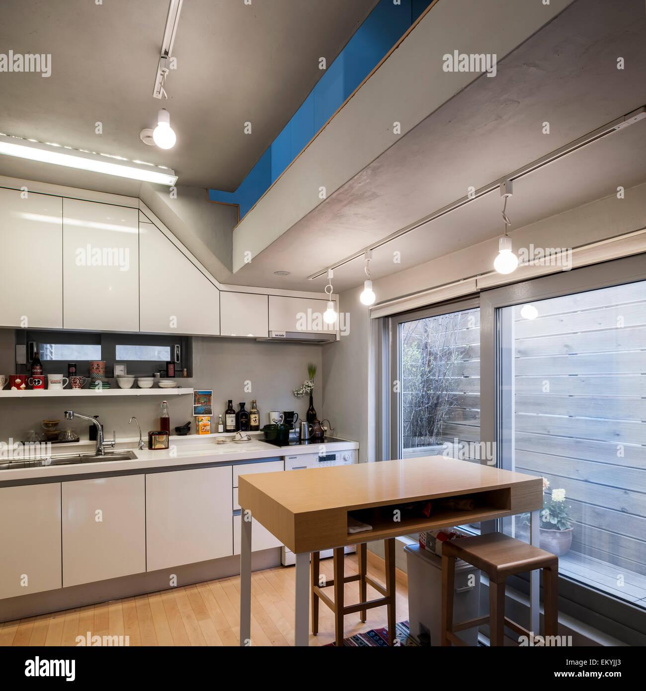 Vista de la cocina. Casa Mongdang (extrema pequeña casa), Seúl ...
