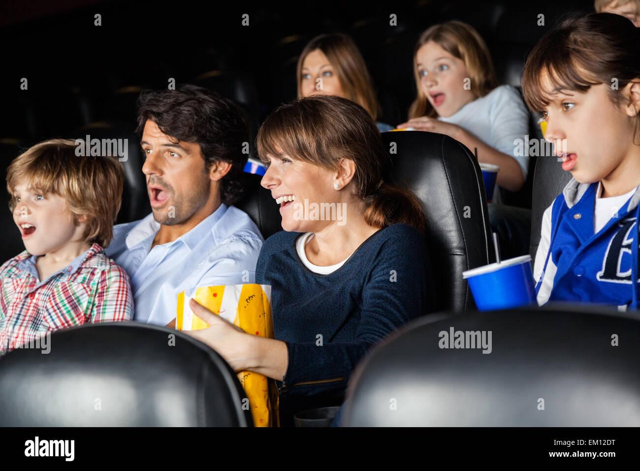 Sorprendido familias viendo la película Imagen De Stock