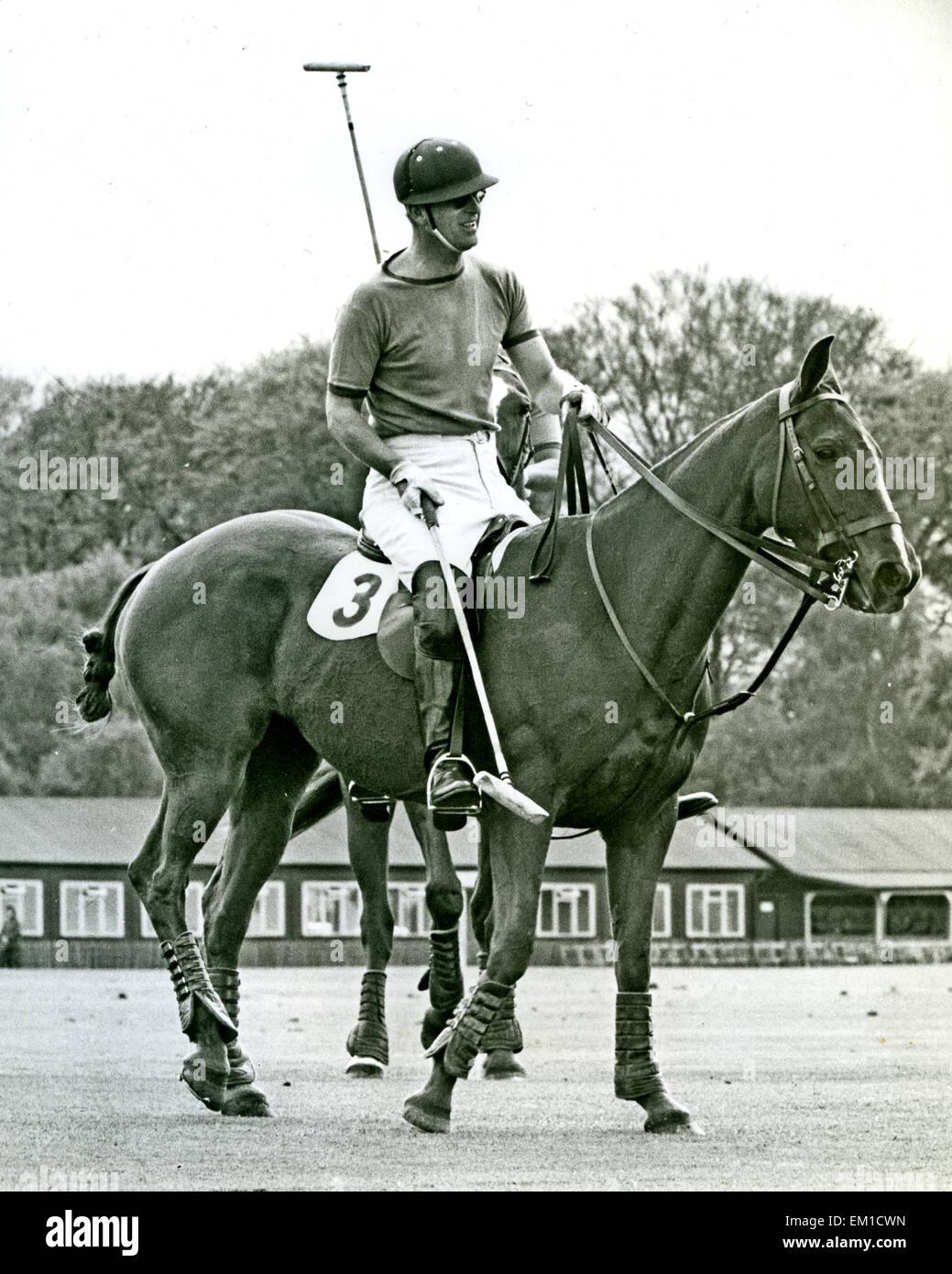 El príncipe Felipe, Duque de Edimburgo, jugar al polo alrededor de 1955 Foto de stock