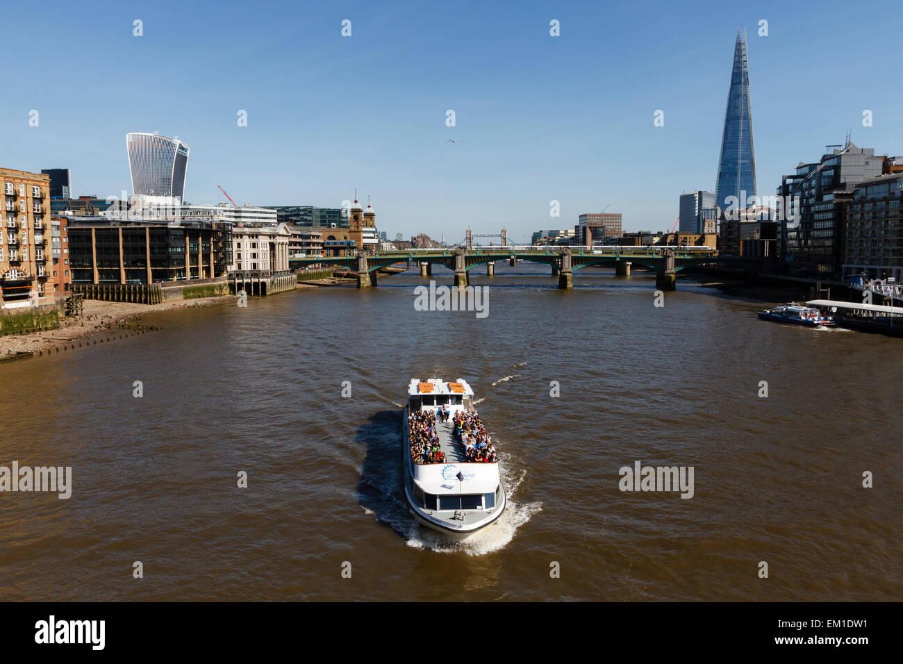 London Eye river cruise viaje en barco por el Río Támesis, Londres, en frente del edificio Shard y Southwark Imagen De Stock