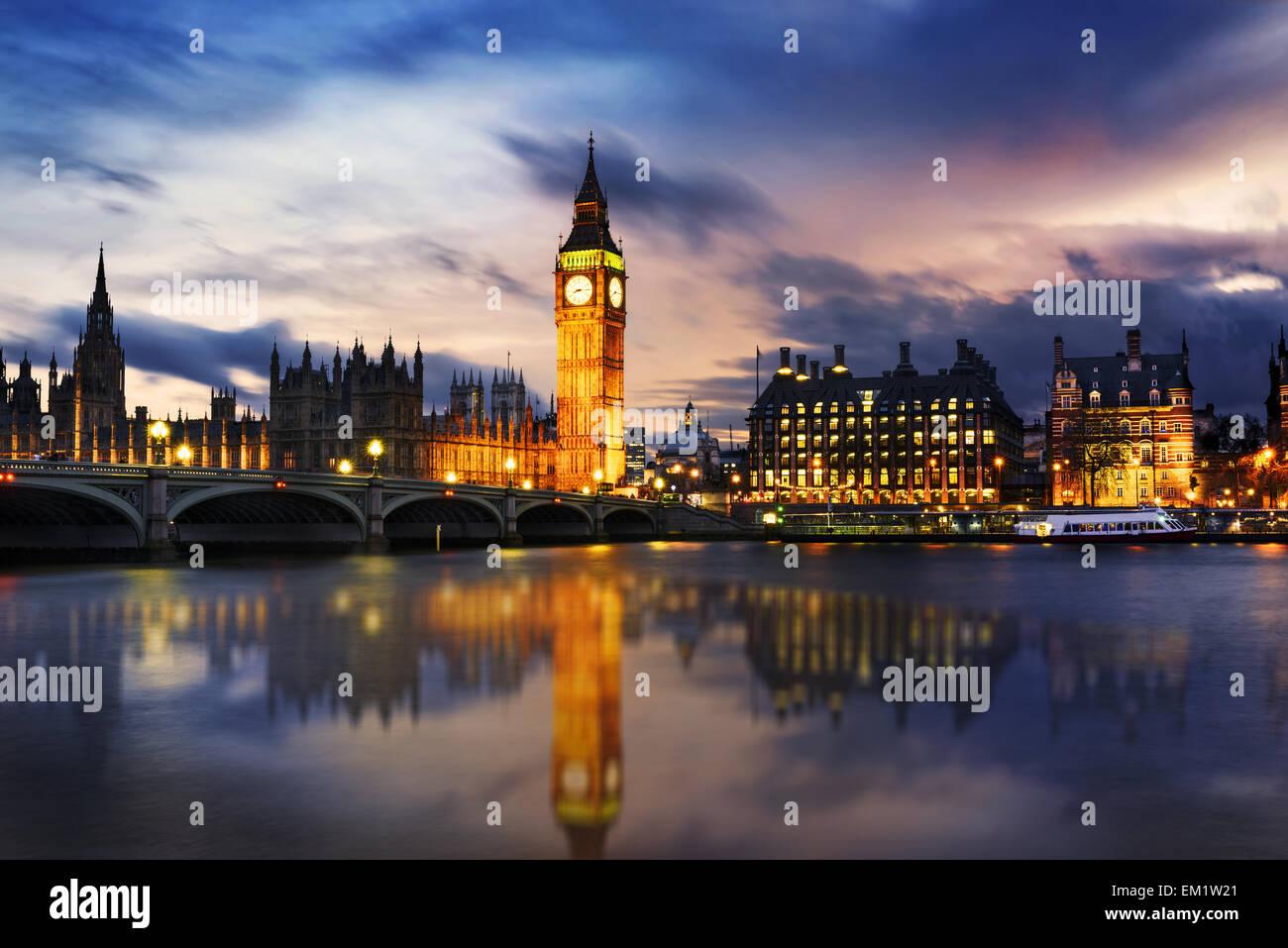 El Big Ben y las Casas del Parlamento al anochecer, Londres, Reino Unido. Foto de stock
