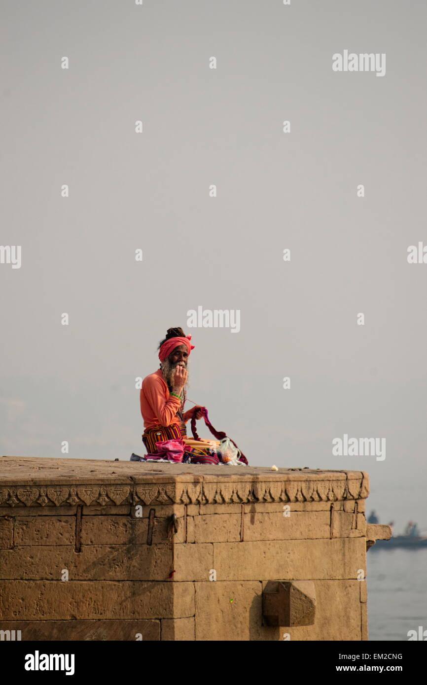 Hombre santo perduran los ghats de Varanasi Imagen De Stock