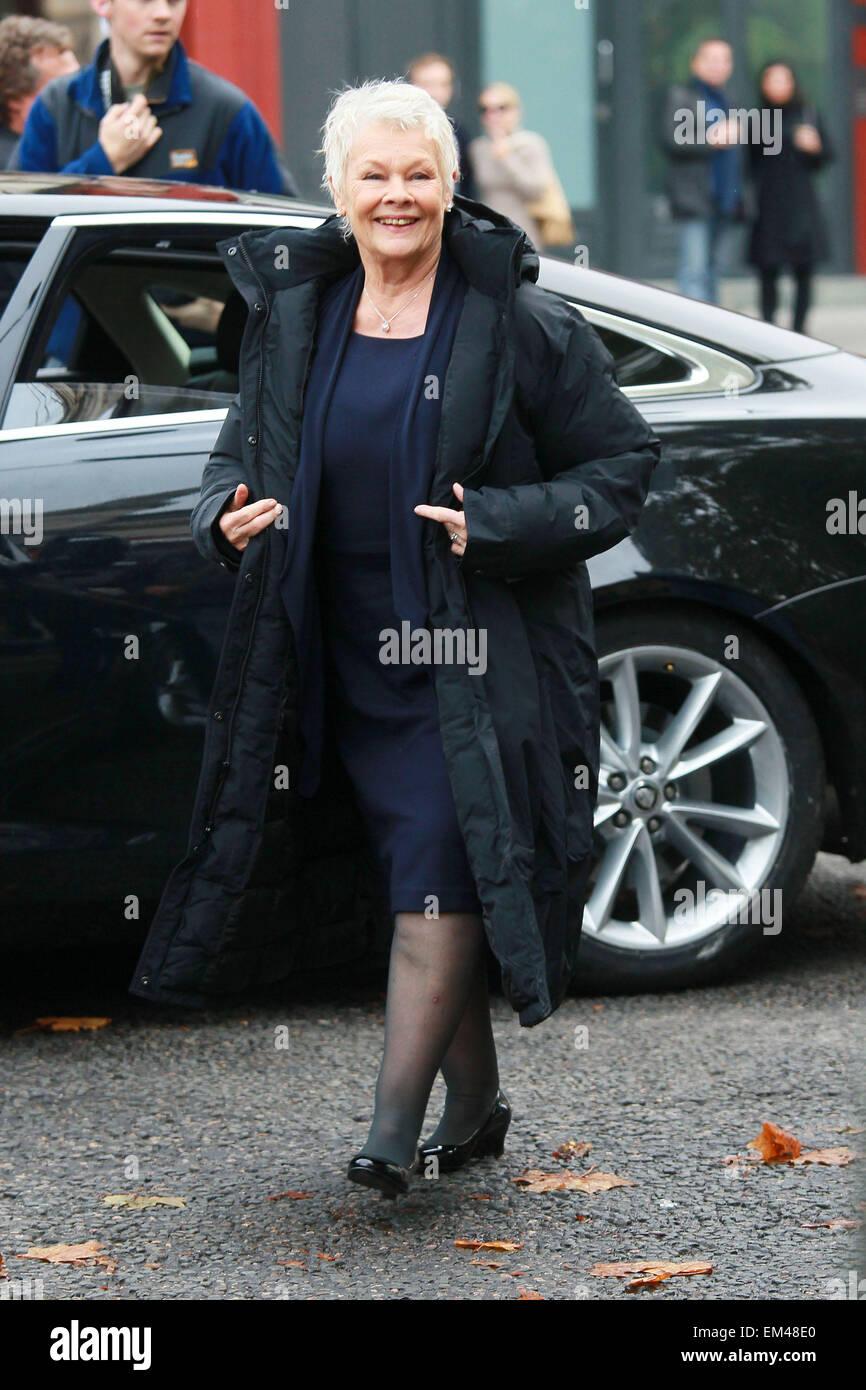 05.Noviembre.2011. Londres Judi Dench está ambientado en Londres, el rodaje de la última película de James Bond Foto de stock