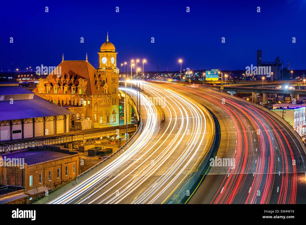 Richmond, Virginia, EE.UU. en la histórica Main Street Station y la Interestatal 95. Imagen De Stock