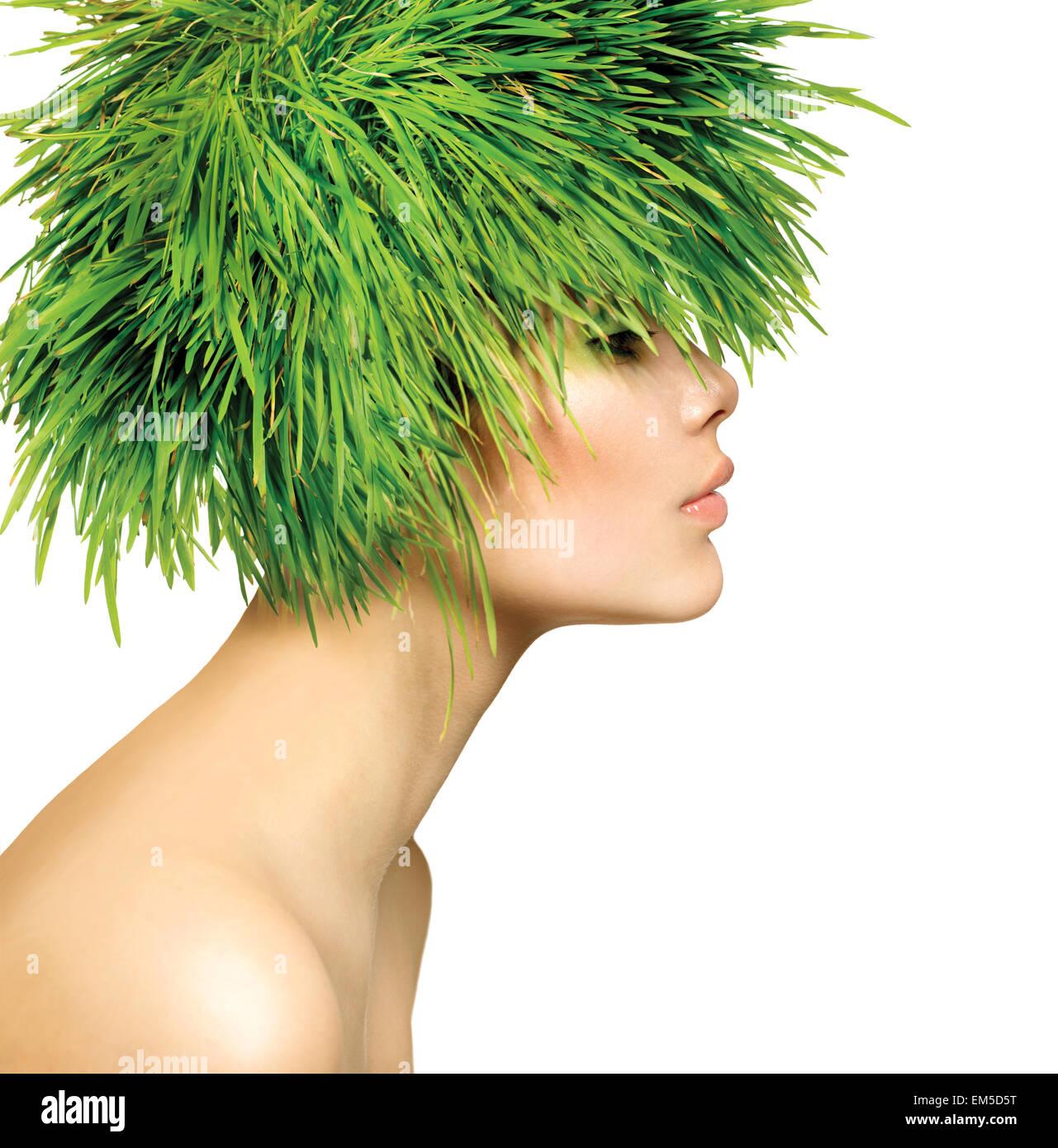 Muelle de belleza mujer con cabello verde hierba fresca Imagen De Stock