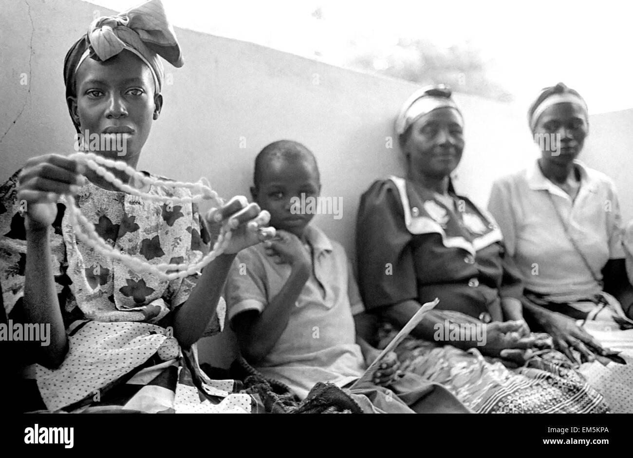 Hospital de Mutomo. De Kitui. Kenya. Las mujeres con SIDA están asociados y collares y otros souvenirs para Imagen De Stock