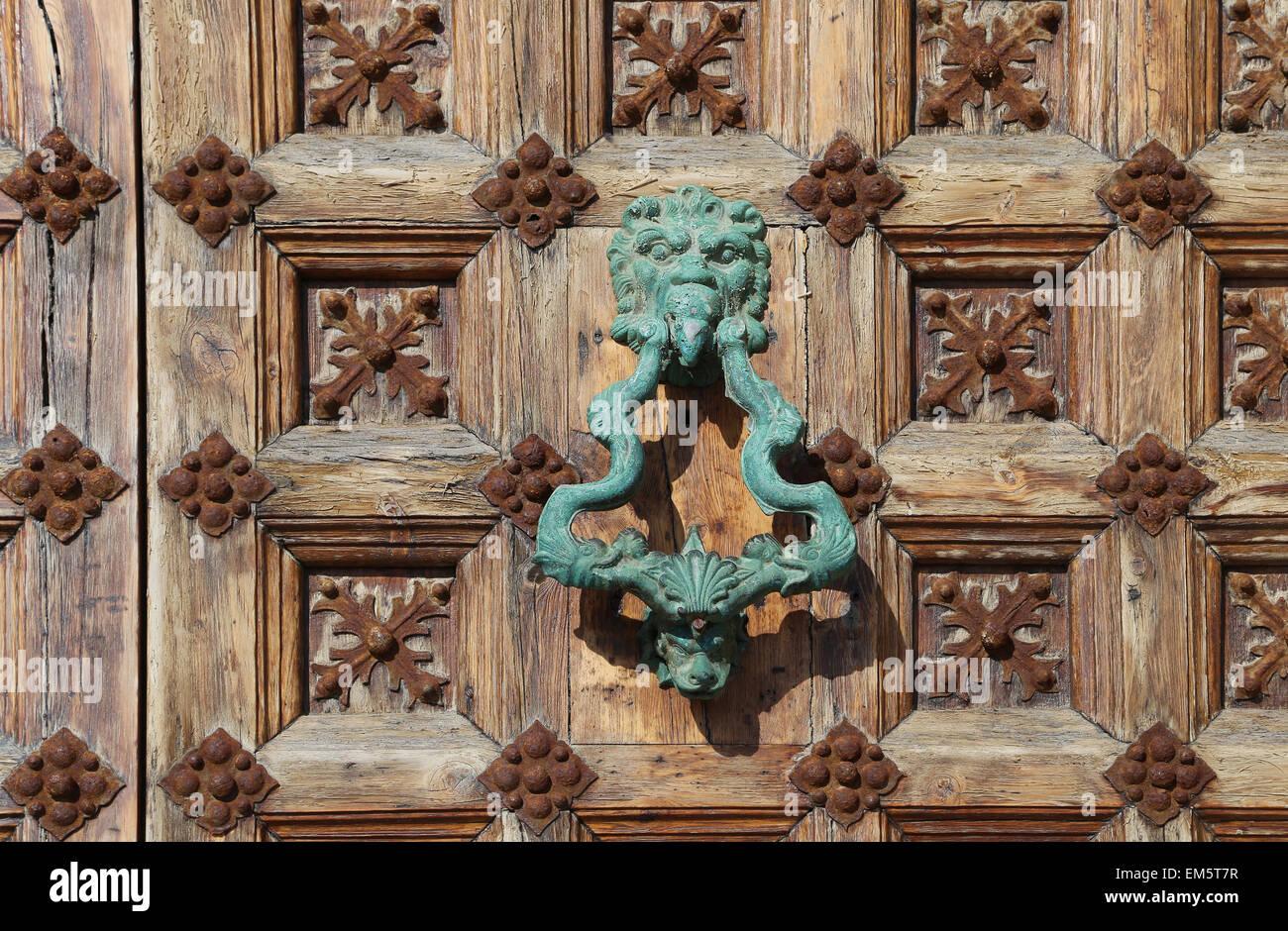 España. Cataluña. Sitges, frente al puerto, las empuñaduras de las puertas. Imagen De Stock