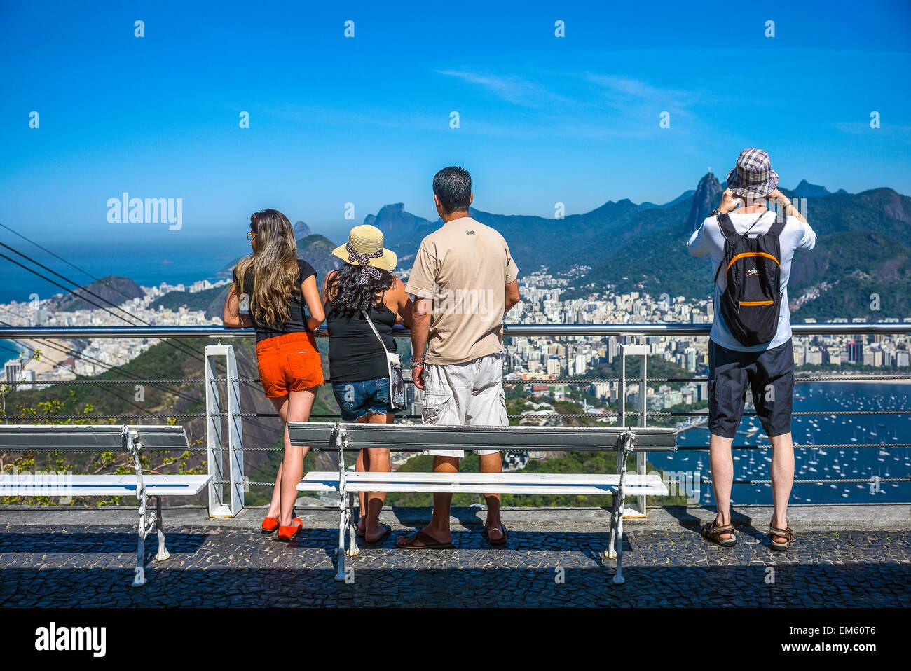 Brasil, Rio de Janeiro, los turistas mirando a la bahía de Botafogo desde el Pao de Acucar (Sugarloaf Mountain) Imagen De Stock