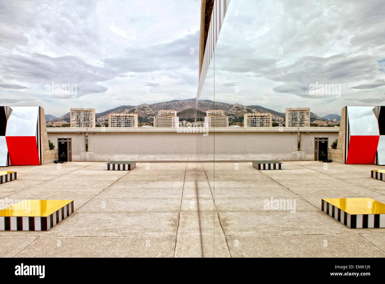 El artista francés Daniel Buren exposición ?Definición Fini Infini, Travaux In Situ? En el centro de arte de MaMo, Cité radieuse de Le Corbusier, Marsella. Foto de stock