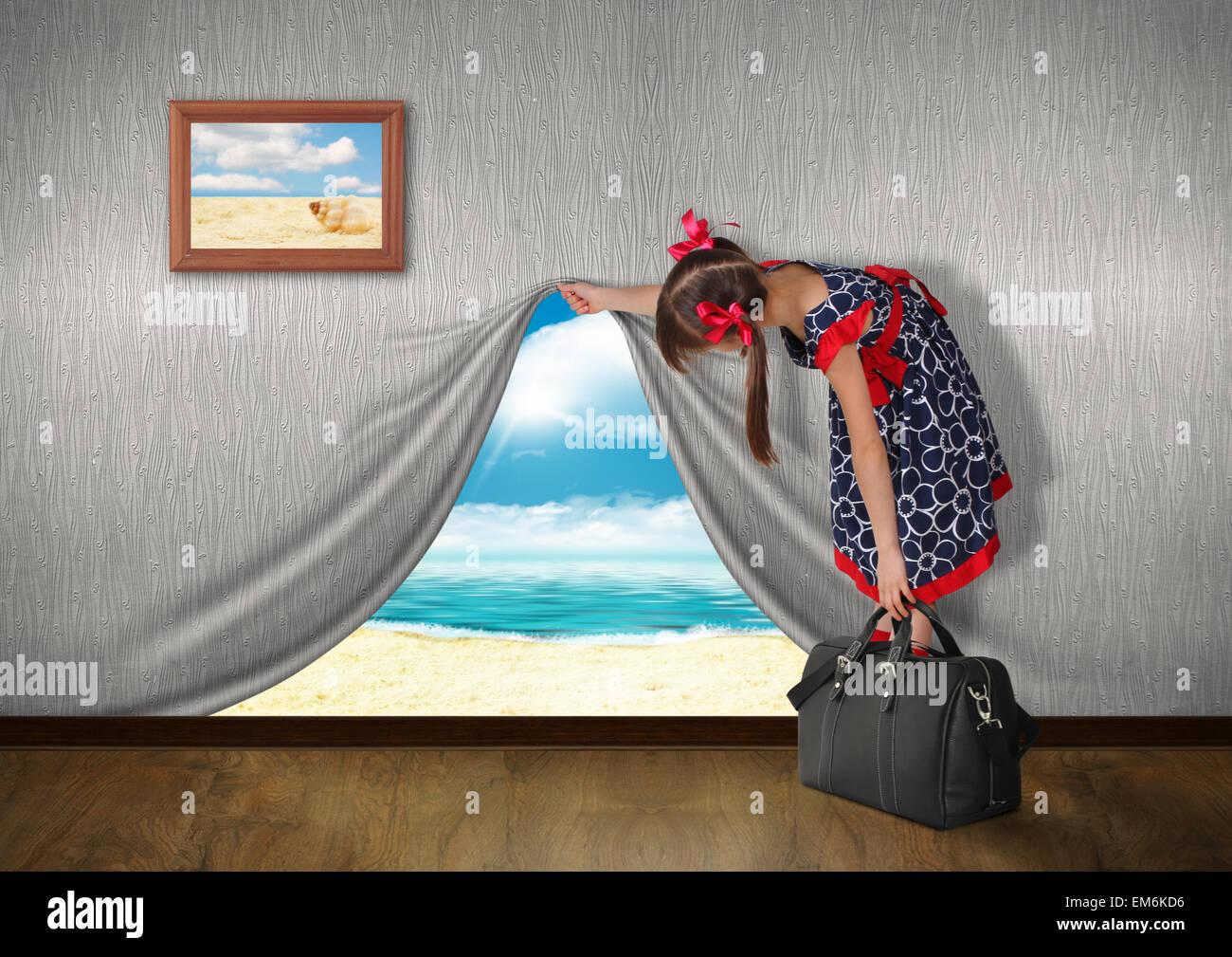Niño mire el mar detrás de la pared, concepto de vacaciones Imagen De Stock
