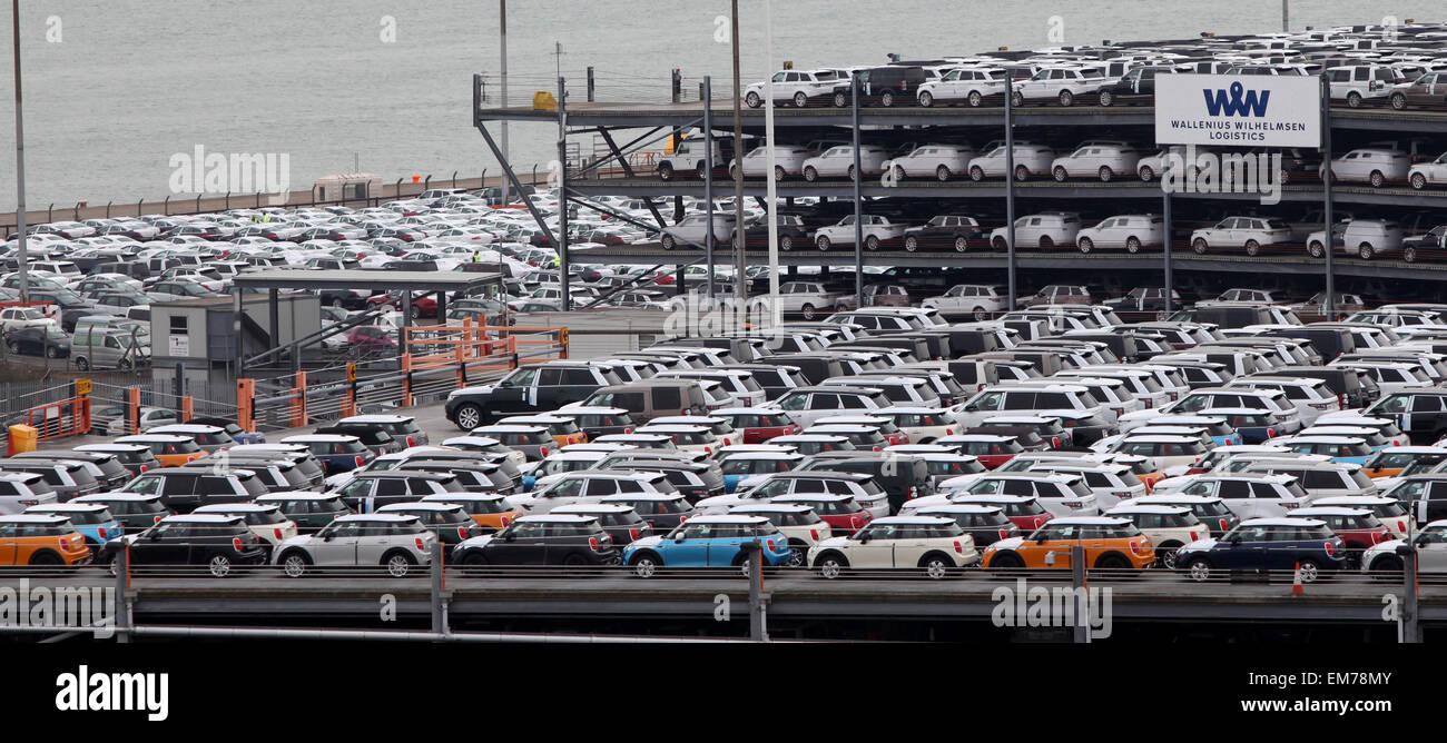 Los muelles de Southampton mini y land rover coches aparcados en la naviera Wallenius Wilhelmsen Logistics espera Imagen De Stock