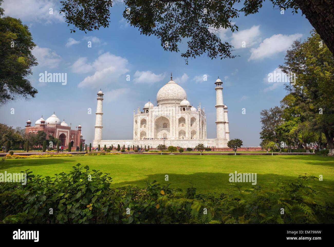 Taj Mahal tumba y pasto verde en azul cielo nublado en Agra, Uttar Pradesh, India Imagen De Stock