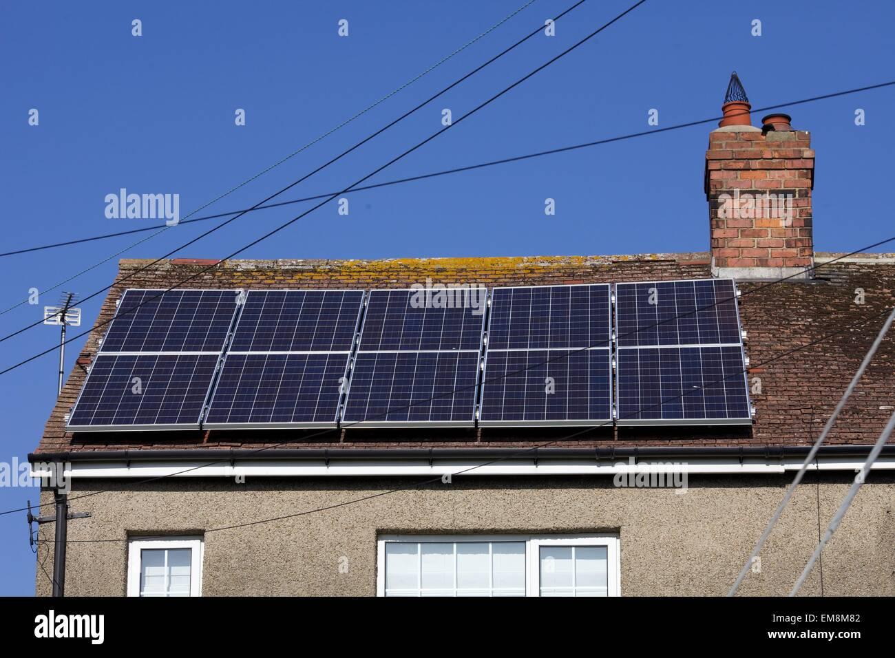Paneles solares en el techo en la aldea de Catterick, North Yorkshire Imagen De Stock