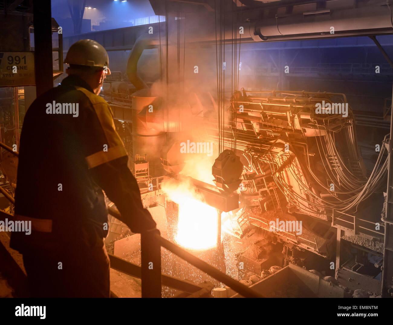 Inspección de los trabajadores del acero que se vierte el acero fundido Imagen De Stock
