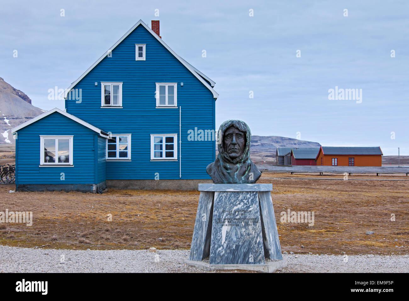 Estatua de Roald Amundsen, el explorador noruego, en la remota aldea de Ny Alesund, Svalbard, Noruega Imagen De Stock