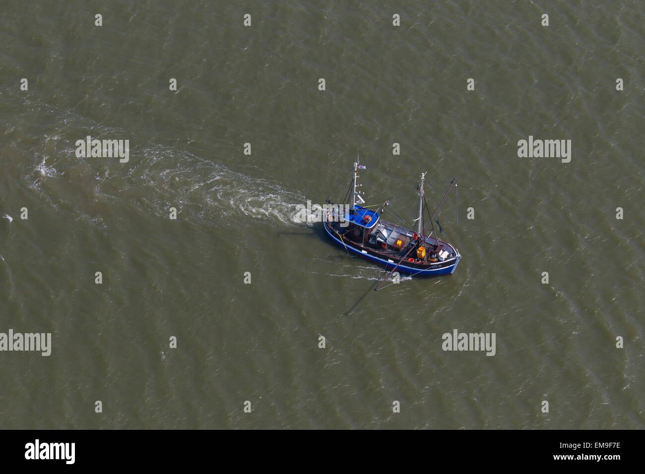 Vista de pájaro del camarón azul barco arrastrero la pesca de camarones en el mar Foto de stock