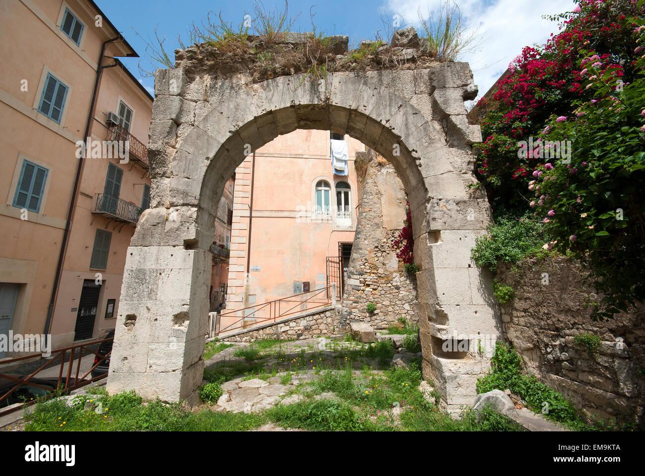 Terracina, ruinas del arco de Galba y de la antigua Via Appia, Lacio, Italia Imagen De Stock