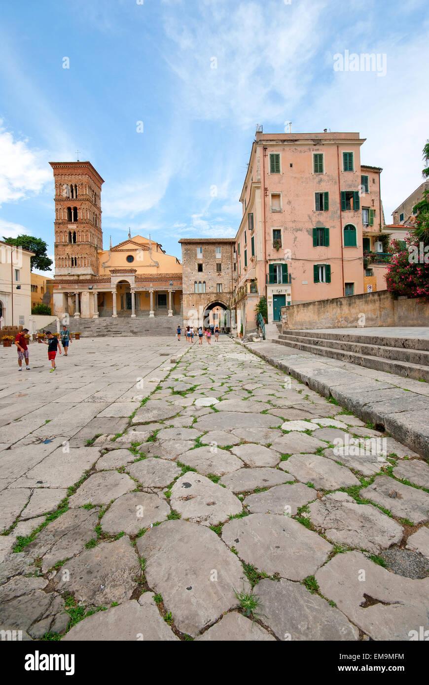 Terracina, Piazza Municipio, el suelo de la antigua Via Appia y el Duomo (Iglesia de San Cesareo) en el fondo, Lacio, Imagen De Stock