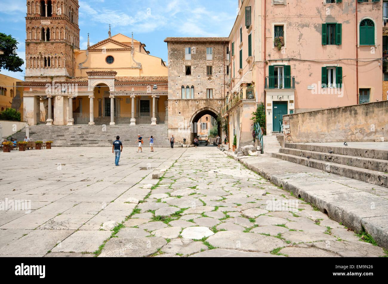 Terracina, Piazza Municipio con San Cesareo Duomo (Iglesia) y la antigua Via Appia, Lacio, Italia Imagen De Stock
