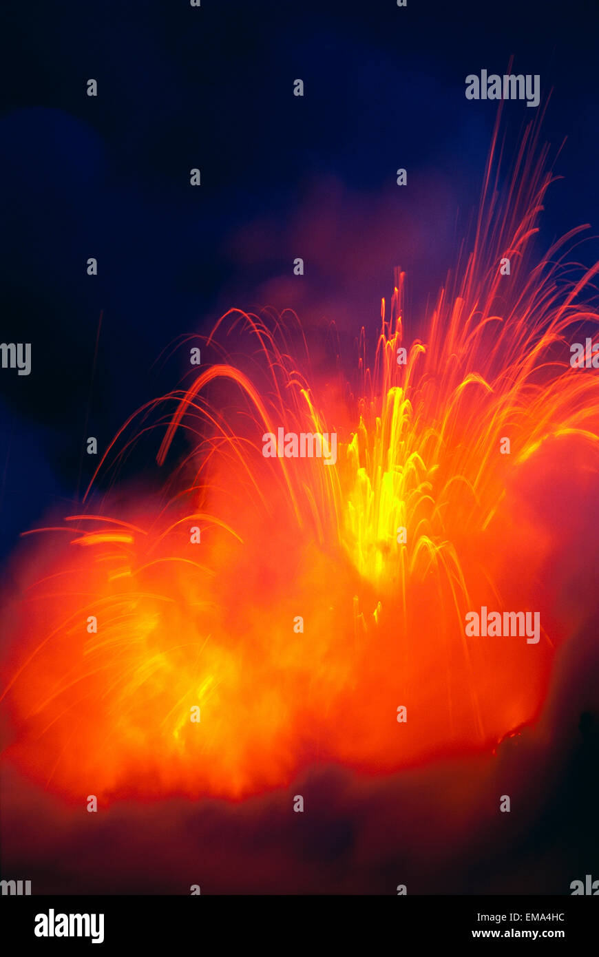Hawaii, Isla Grande, Parque Nacional de Los Volcanes de Hawaii, lava explotando como flujo Hits Ocean, la noche Imagen De Stock