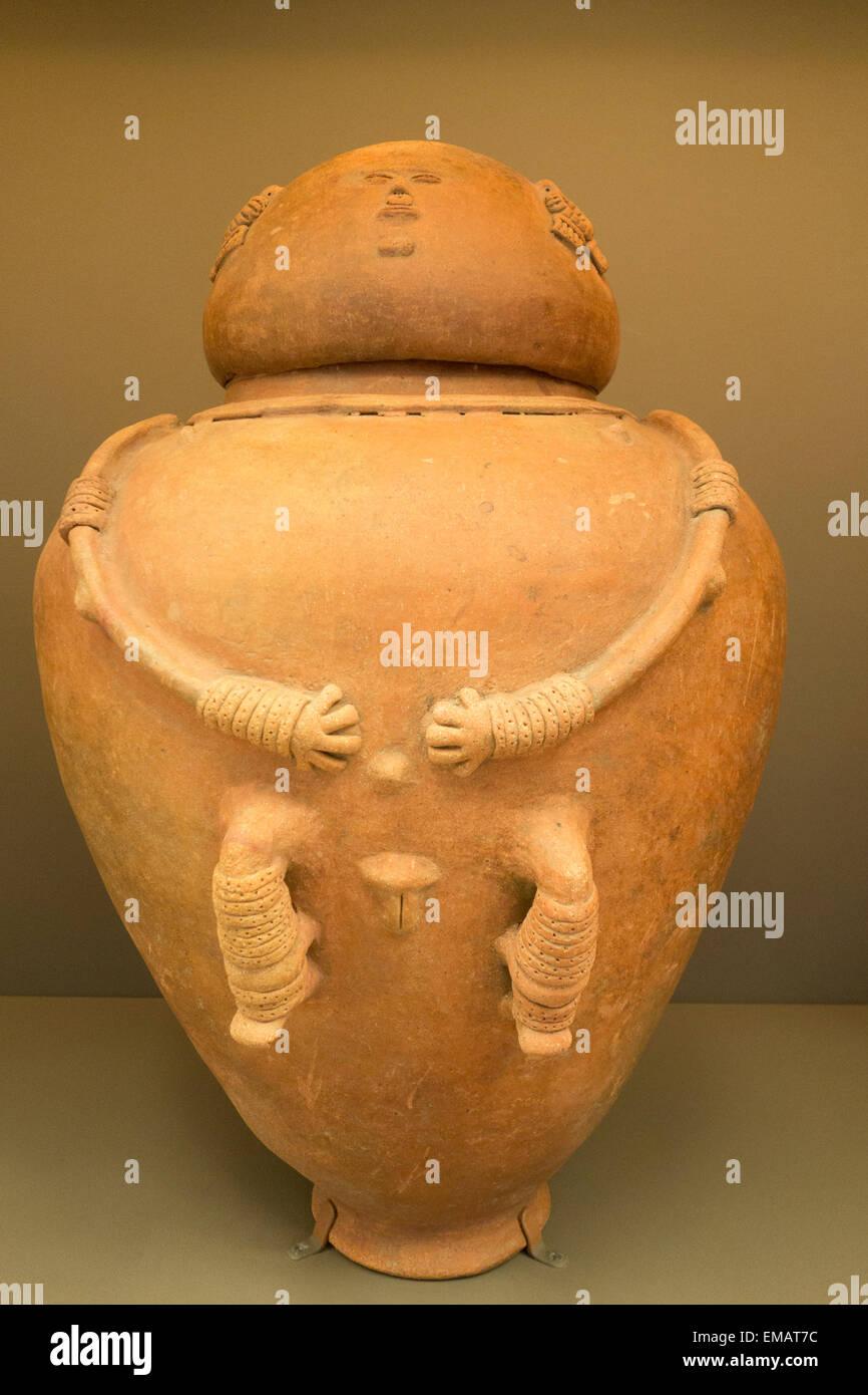 Sepultura de la urna en la forma de una figura femenina de Chimila Tairona, Colombia, Sur América, 500-1500 AD; en LACMA , Los Angeles, CA Foto de stock