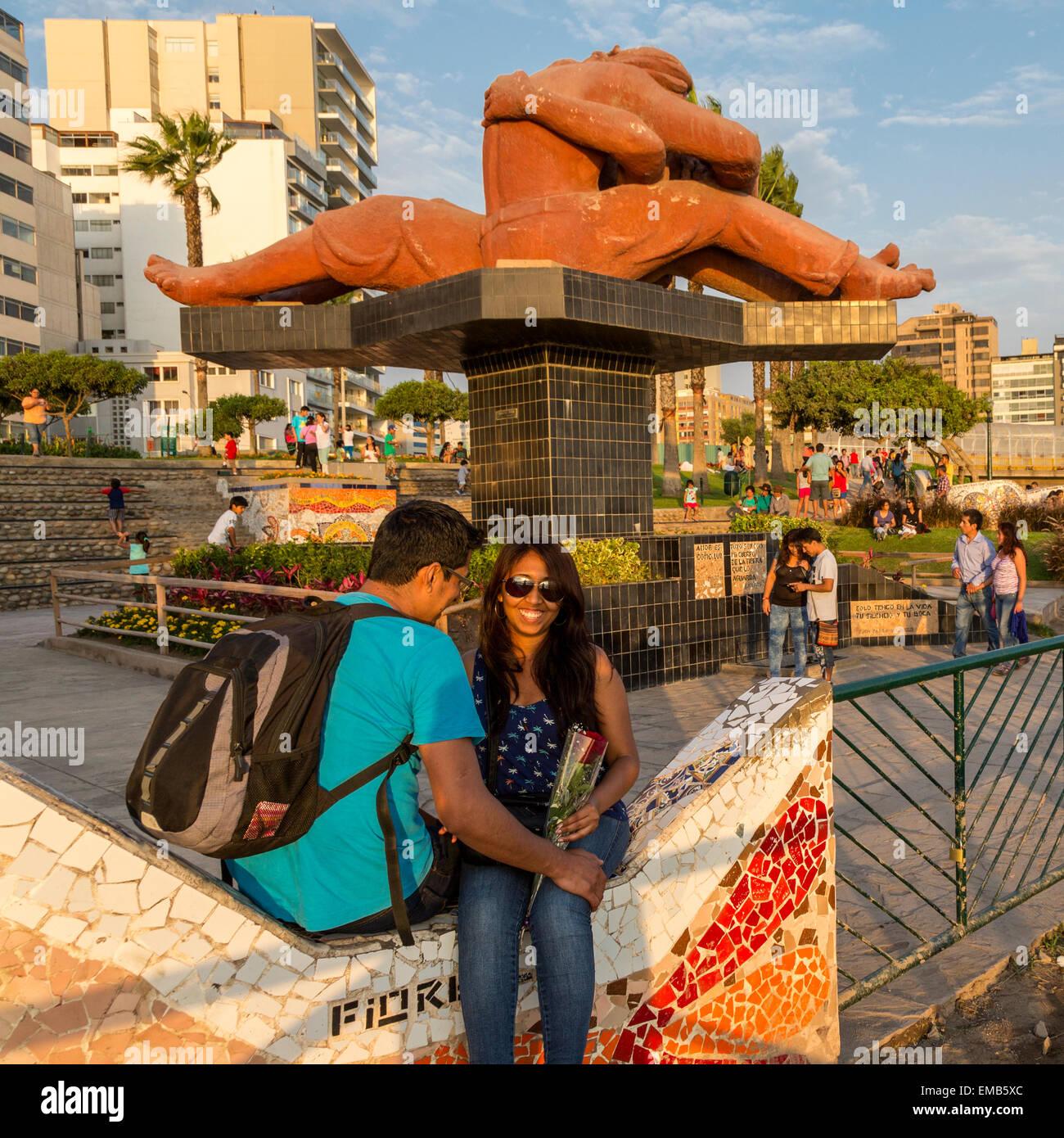 """Perú, Lima. Amor Park (Parque del Amor). Pareja delante de """"El Beso"""" (El Beso) por Victor Delfín. Imagen De Stock"""