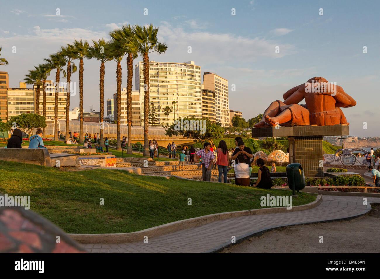 """Perú, Lima. Amor Park (Parque del Amor). La escultura """"El Beso"""" (El Beso) por Victor Delfín. Imagen De Stock"""