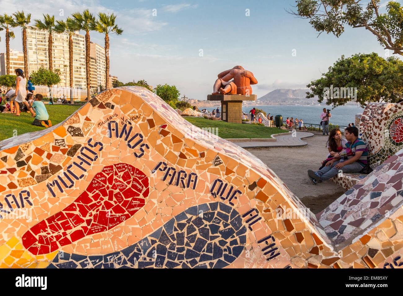 Perú, Lima, Miraflores. Amor Park (Parque del Amor) Mosaico con Victor Delfín's Kiss (El beso) en Imagen De Stock