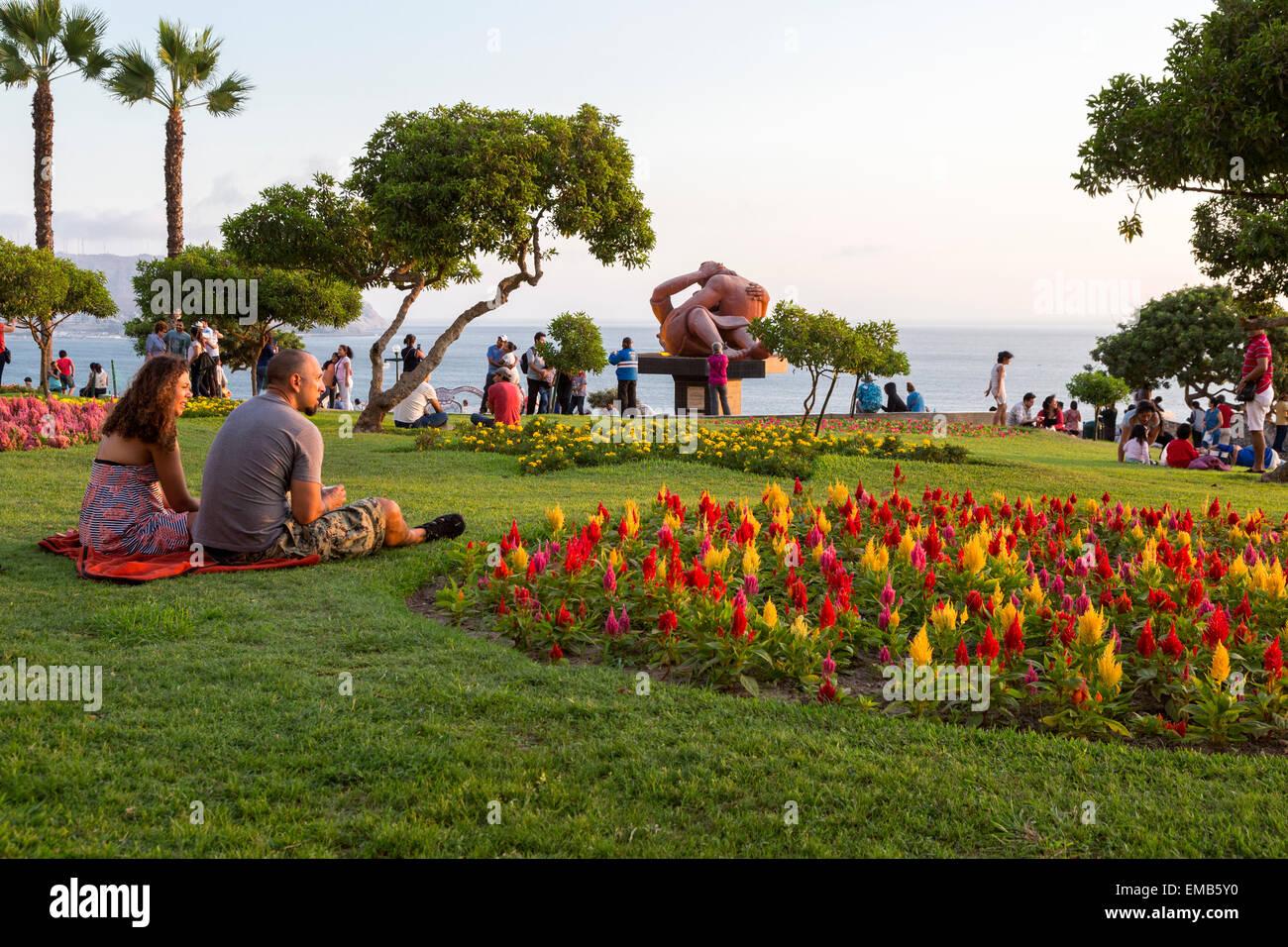 """Perú, Lima. Amor Park (Parque del Amor). La escultura """"El Beso"""" (El Beso) por Victor Delfin en segundo Imagen De Stock"""