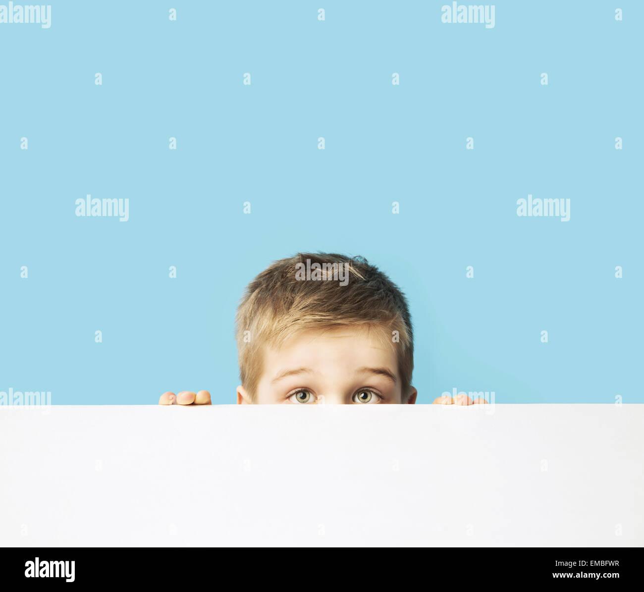 Retrato del pequeño muchacho tímido Imagen De Stock