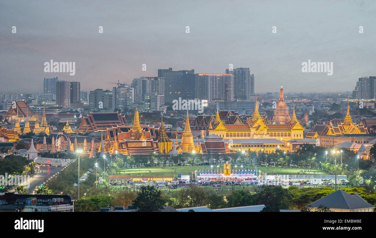 Wat Phra Kaew, Templo del Buda de Esmeralda, el gran palacio del crepúsculo en Bangkok, Tailandia Imagen De Stock