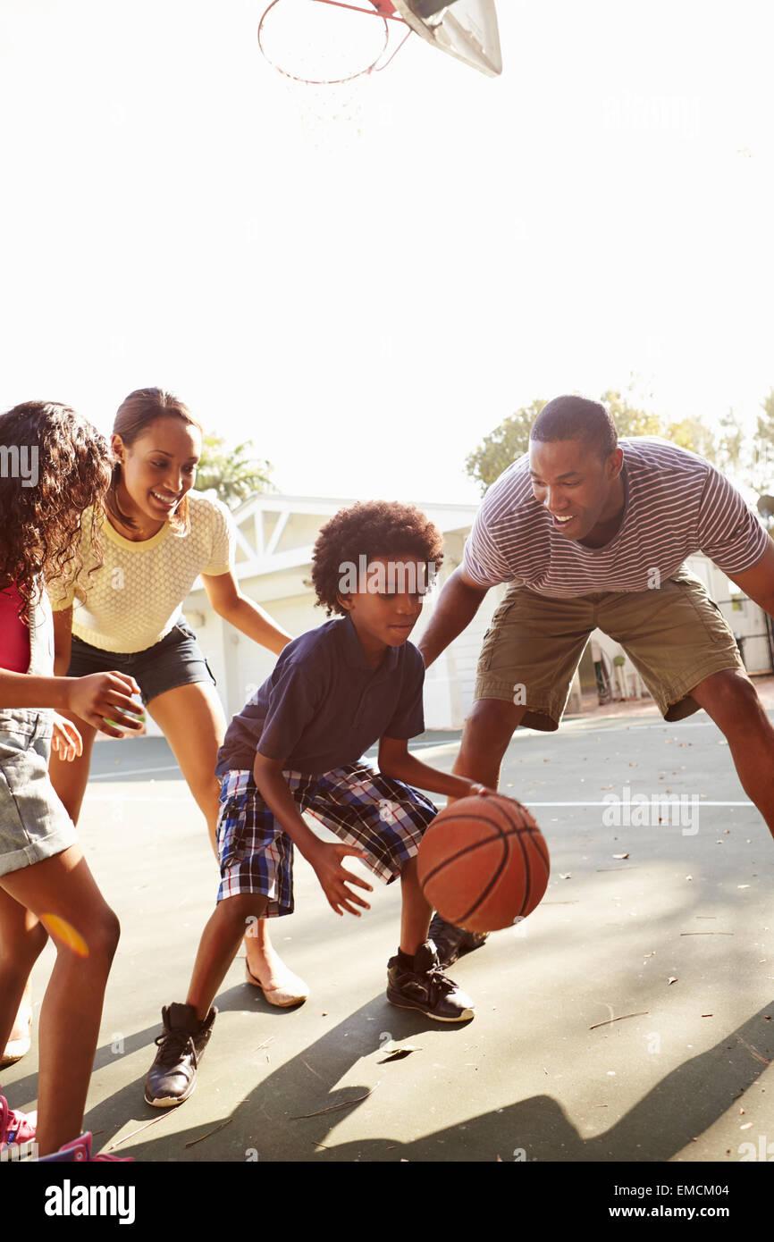 Familia jugando baloncesto juego en casa Imagen De Stock