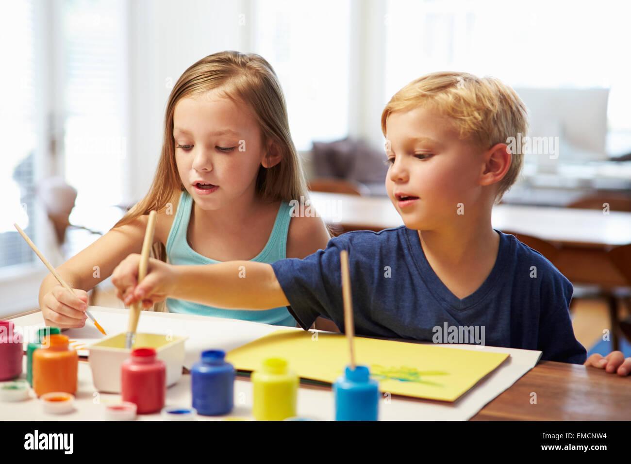 Dos Niños pintando la imagen en casa Foto & Imagen De Stock ...