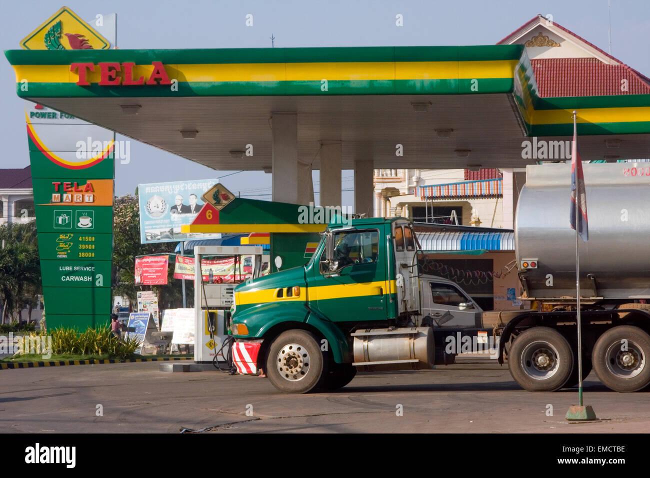 Un camión de combustible está estacionado en una gasolinera de Tela & Mini Mart en Kampong Cham, Camboya. Imagen De Stock