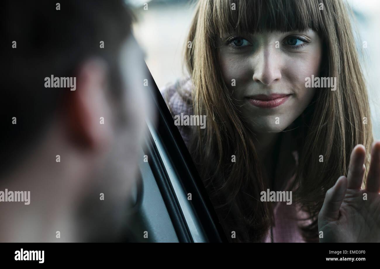 Par diciendo adiós a través del parabrisas Imagen De Stock