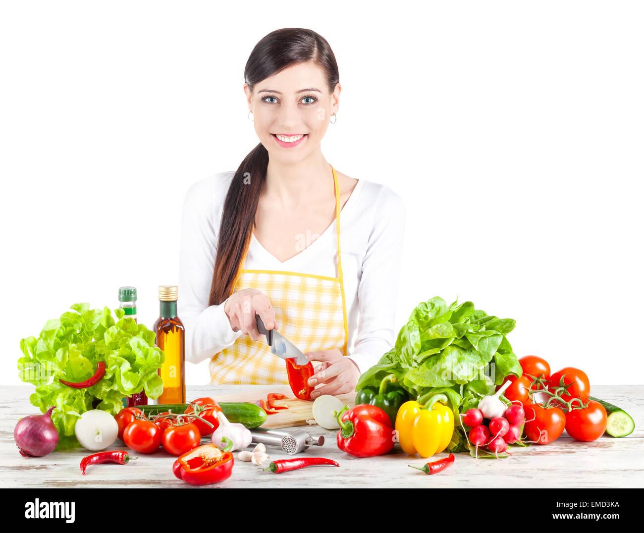 Mujer sonriente la preparación de ensalada. La comida sana y la dieta concepto. Aislado en blanco. Imagen De Stock