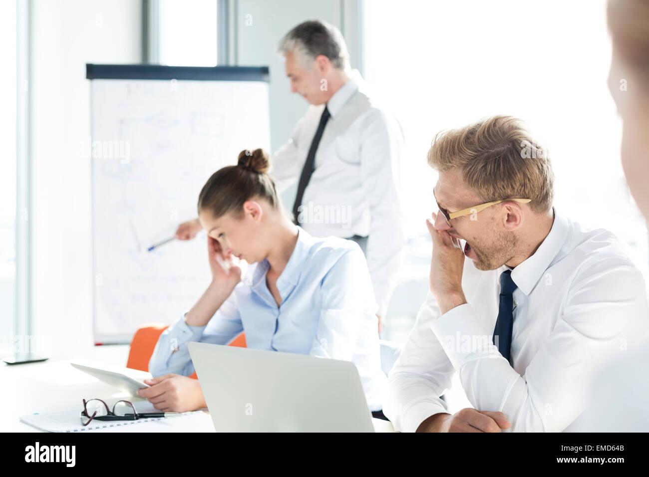 La gente de negocios en el desarrollo de nuevas ideas y de taller Imagen De Stock