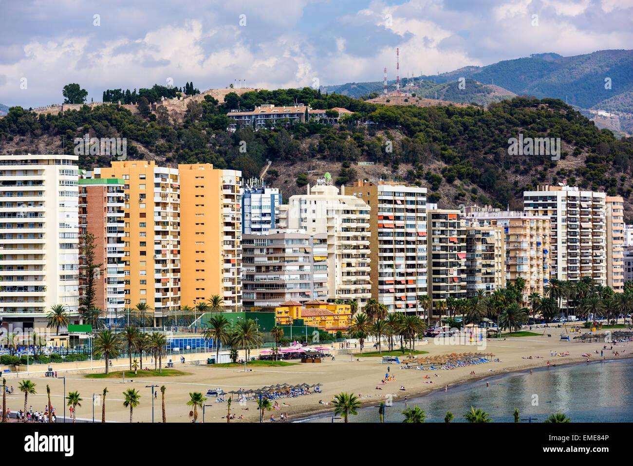 Málaga, España complejo skyline en la playa de La Malagueta. Imagen De Stock