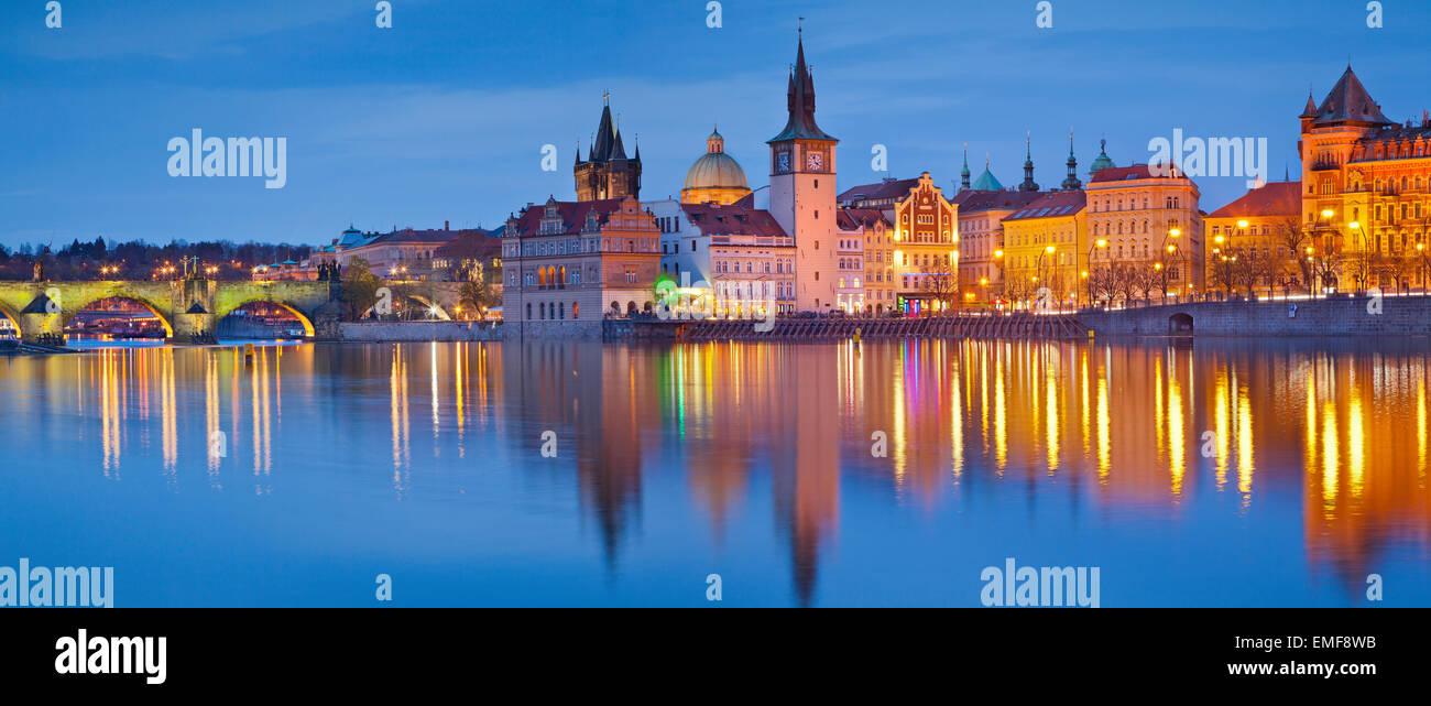 Panorama de Praga. Imagen panorámica de Praga y el Puente Charles Riverside, con reflejo de la ciudad en el Imagen De Stock