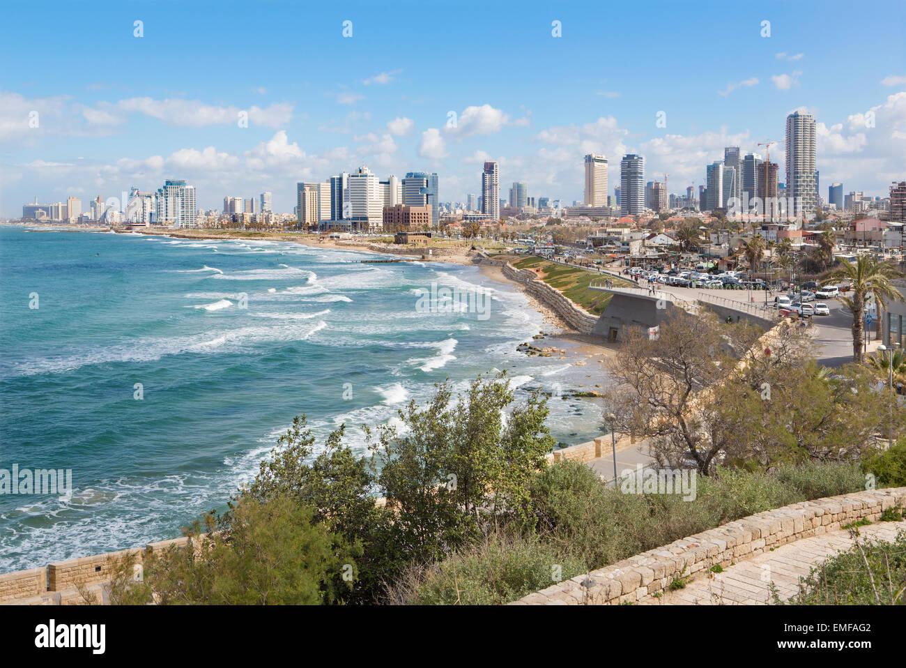 TEL AVIV, ISRAEL - Marzo 2, 2015: Las perspectivas de la costanera y de la ciudad vieja de Jaffa Imagen De Stock