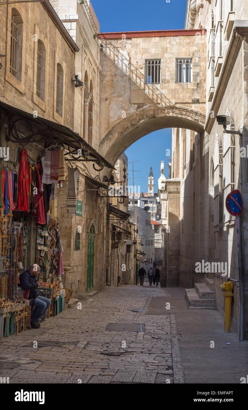 Jerusalén, Israel - 5 de marzo de 2015: Por la Vía Dolorosa al anochecer. Imagen De Stock