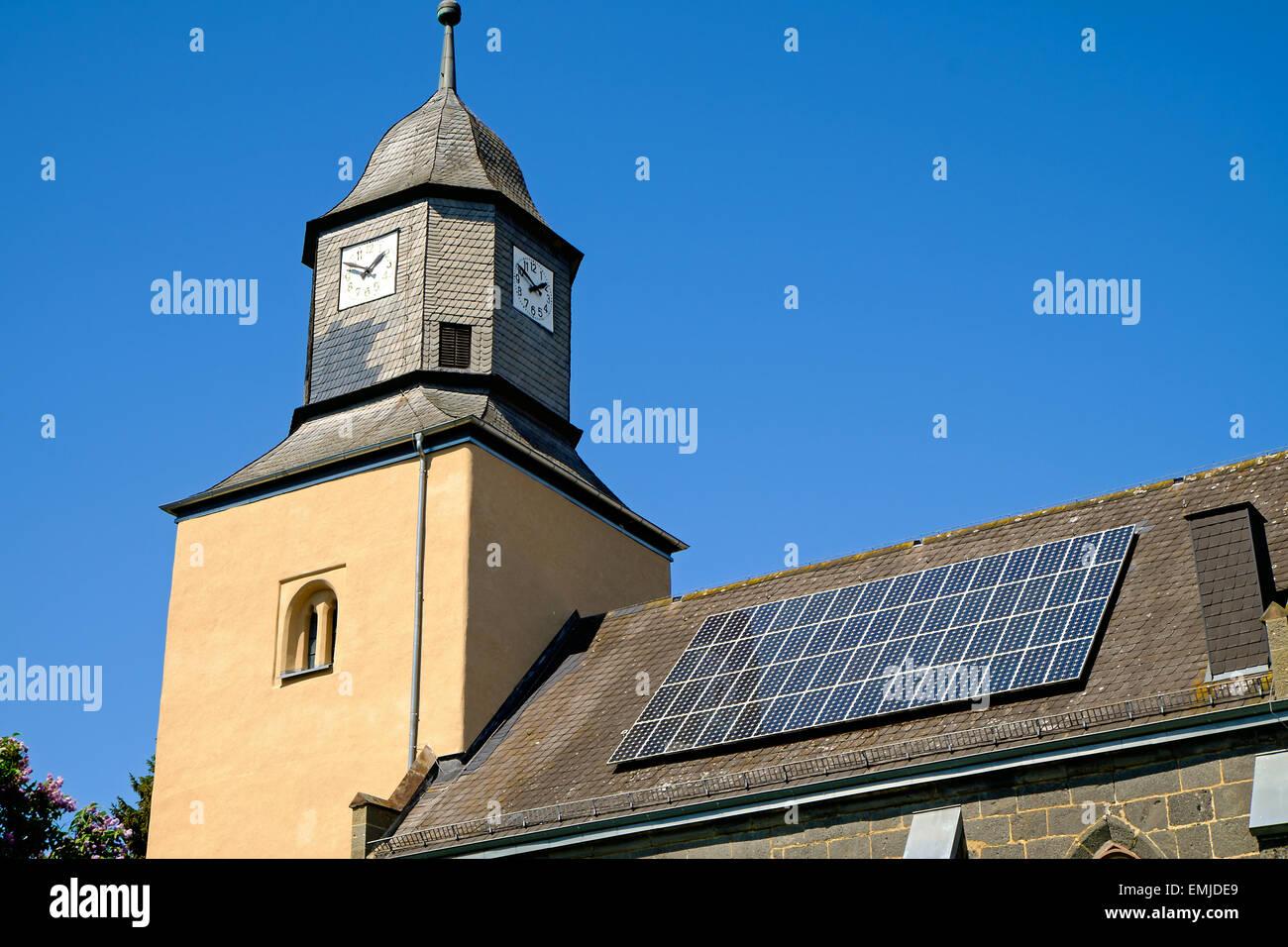 Una vieja iglesia con paneles solares en el techo Imagen De Stock